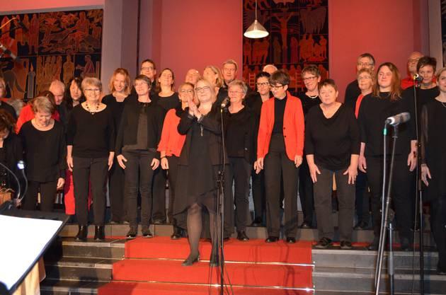 """Dirigentin Sabrina Sgier und die """"Vindonissa Singers"""" bedanken sich für den Applaus."""