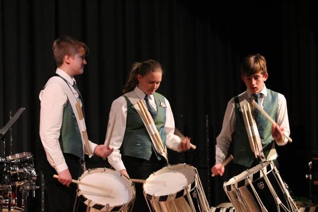 Die drei Teilnehmer des Juniorenlagers des Ostschweizer Tambourenverbandes präsentieren ihr dort erlerntes Stück Macarouni.