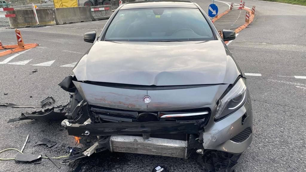 Autofahrer übersieht beim Abbiegen Junglenkerin - Totalschaden