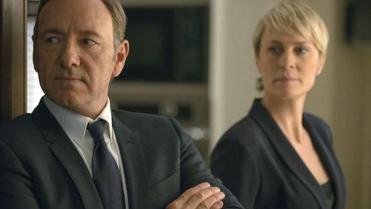 """Ein Jahr, nachdem Kevin Spacey (l) wegen sexuellen Übergriffen gefeuert wurde, ist die letzte """"House of Cards""""-Staffel abgedreht. Das bestätigt Robin Wright (r/Archivbild)"""