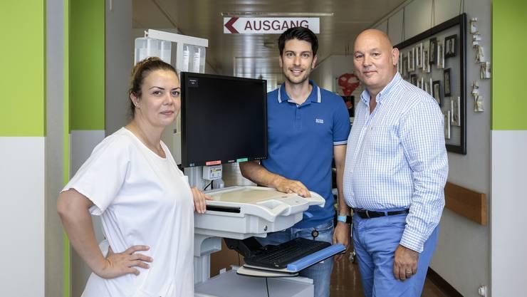 Haben das neue System zusammen aufgebaut (von links): Contesa Jakupi, stv. Stationsleitung Chirurgie, Fabio De Nardis, Stationsleitung Chirurgie, und Dieter Hänggi, Leiter Pflegedienst.