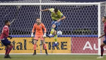 Der Schweizer Goalie Stefan Frei beobachtet Matchwinner Shane O'Neill bei einer Kopfball-Abwehr