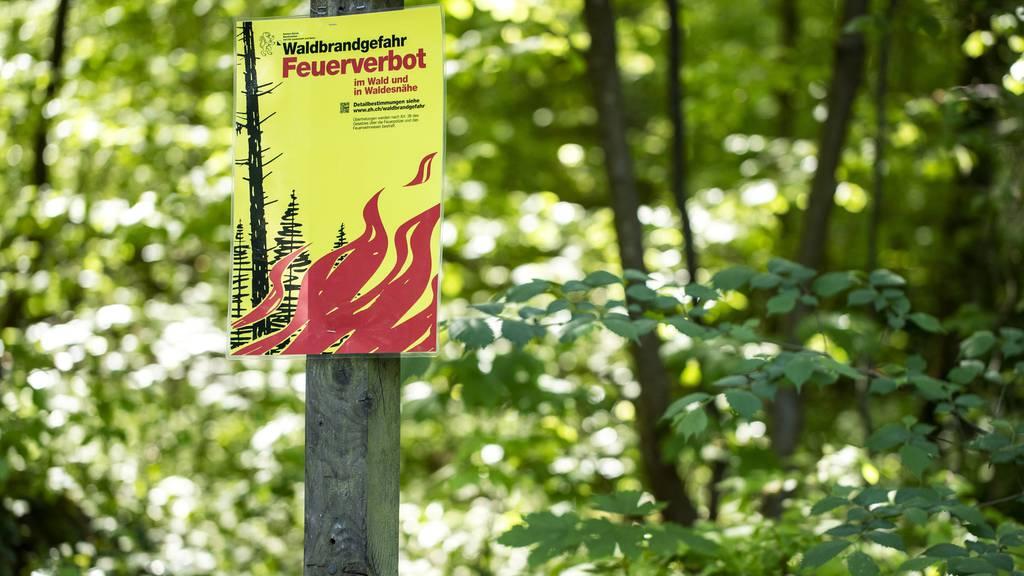 In vielen Schweizer Wäldern bleiben Feuer verboten.