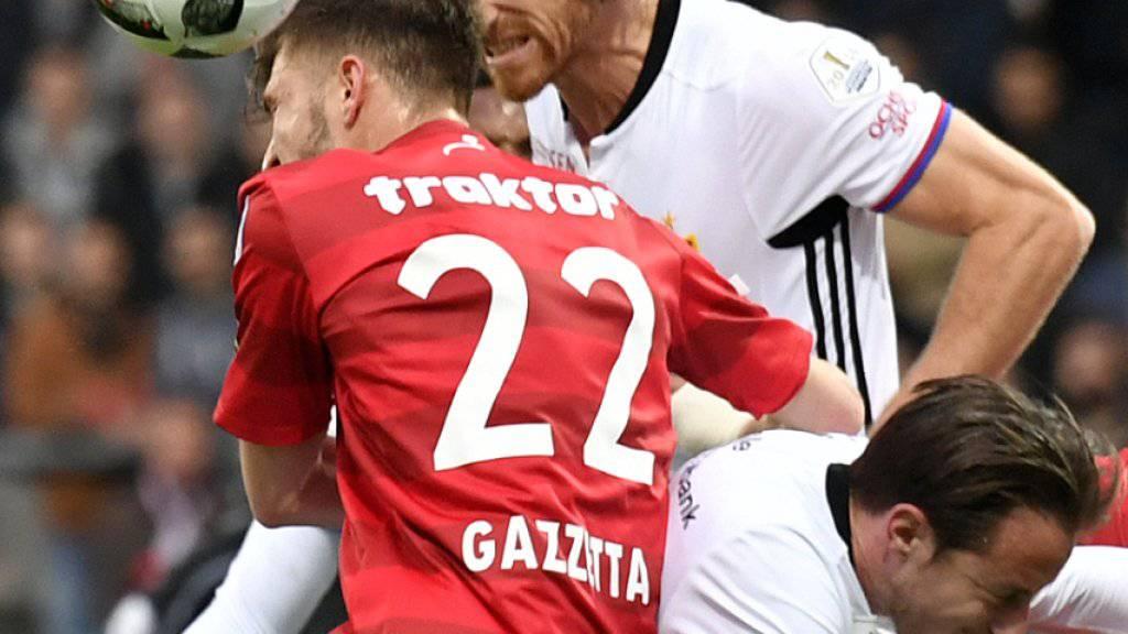 Karim Gazzetta (Nummer 22) und die Winterthurer bieten den Baslern mit einer kämpferischen Leistung die Stirn