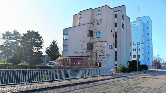 Die Hiag wollte auch das beige Bürogebäude und die Kantine (links hinter Bäumen) kaufen, da diese ans Rohner-Areal (rechts) anschliessen.