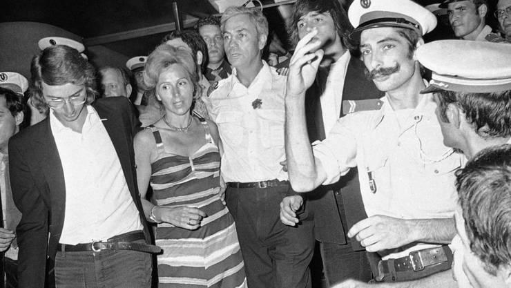 """Michel Bacos, der """"Held"""" des Terror-Dramas in Entebbe, (3.v.l.) nach der Flugzeugentführung im Jahr 1976."""