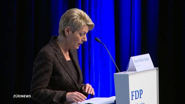 Karin Keller-Sutter wirbt für neues Waffengesetz