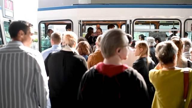 Chaos im öffentlichen Verkehr in Zürich: Die Passagiere stürmen die Trams.