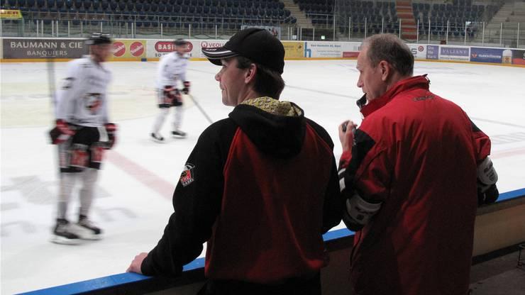 Oliver Sutter (links) und Daniel Baur beobachten das Trainingsspiel.