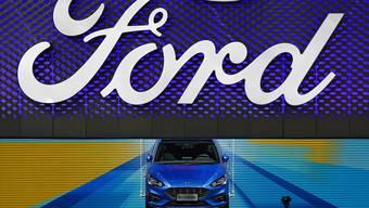 Der US-Autokonzern Ford hat im abgelaufenen Geschäftsquartal einen Gewinneinbruch erlitten. (Archivbild)