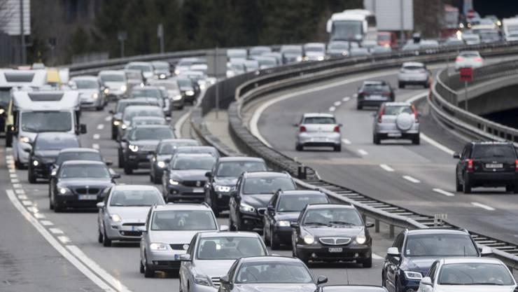 Die Aussicht auf verlängerte Brückentage wird vor dem Gotthard-Nordportal für ordentlich Stau sorgen – so lassen sich lange Wartezeiten vermeiden.