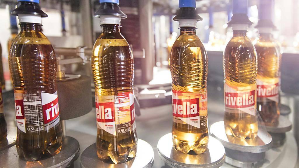 Die beiden Klassiker Rivella Rot und Rivella Blau sind vor allem im Ausland beliebt. Der Gesamtumsatz der Gruppe ging dennoch zurück. (Archiv)