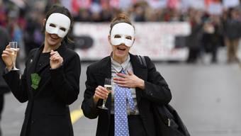 Auch die Wohlhabenderen (hier symbolisch mit Cüpli dargestellt) sollen den Gürtel enger schnallen müssen, fordern die Demonstranten in La Chaux-de-Fonds.