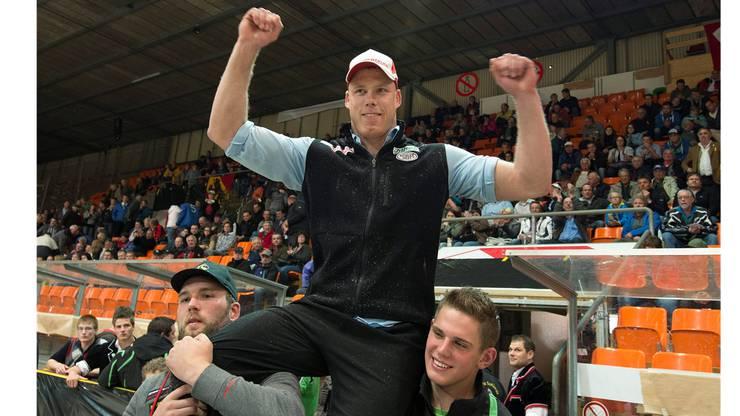 Matthias Sempach feiert seinen Sieg am Seelaendischen Schwingfest in der Eishalle in Biel.