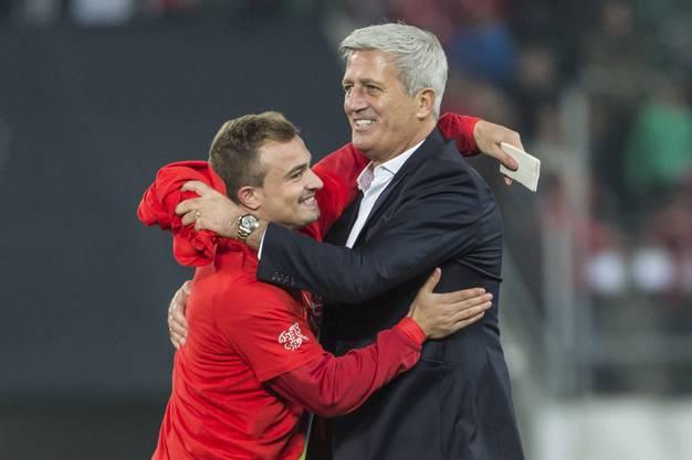 Shaqiri und Petkovic feiern die EM-Qualifikation.