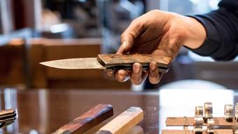 Ein Messer aus Damaszenerstahl wurde den Schmieden gestohlen.