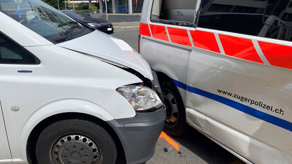 Zuger Polizei-Patrouille baut Unfall