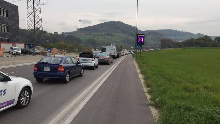 Stau auf der Zufahrt zur Rheinstrasse von Pratteln aufgrund der Sperrung des Schönthaltunnels am 22. Oktober.