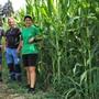 Simon und Vater Urs Häfeli mit der Projektverantwortlichen Andrea Enggist vom Landwirtschaftszentrum Liebegg.