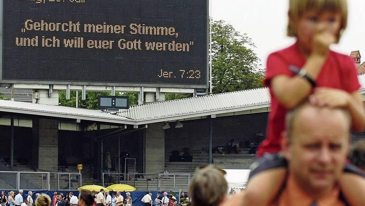 «Die Liebe unter den Zeugen ist bedingt. Sie gilt nur so lange, wie man sich an die Regeln hält.» Im Bild ein Kongress der Zeugen Jehovas im Zürcher Letzigrundstadion im Jahr 2005.