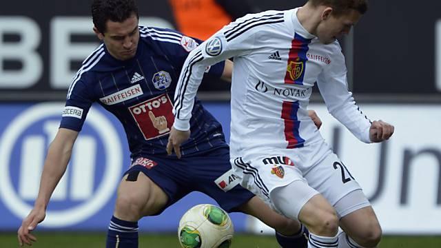 FCL-Stürmer Rangelov (links) im Duell mit Basels Verteidiger Schär