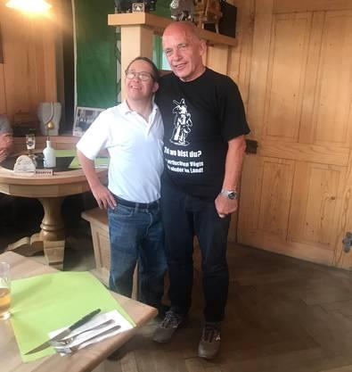 Ueli Maurer mit provokativem T-Shirt und seinem grössten Fan, Toni Brunners Bruder Andi.