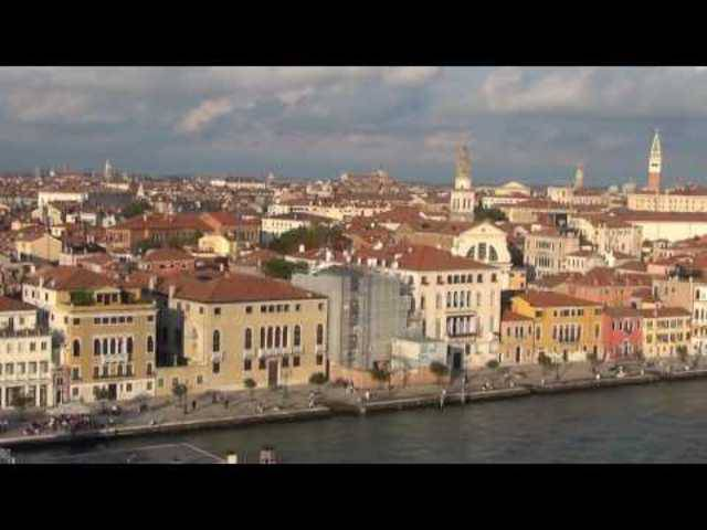 Quasi Venedig von oben: Auslaufen eines Kreuzfahrtschiffs aus Venedig.
