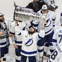 Die Spieler von Tampa Bay Lightning feiern mit Pokal den zweiten Stanley-Cup-Sieg