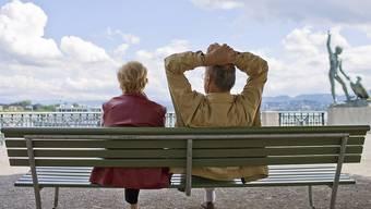 Ein Paar auf einer Parkbank am Bürkliplatz in Zürich: Mit einer privaten Altersvorsorge dürfte es sich unbeschwerter leben lassen. (Symbolbild)