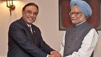Pakistans Staatschef Asif Ali Zardari (l) und Indiens Premier Manmohan Singh in Neu Delhi