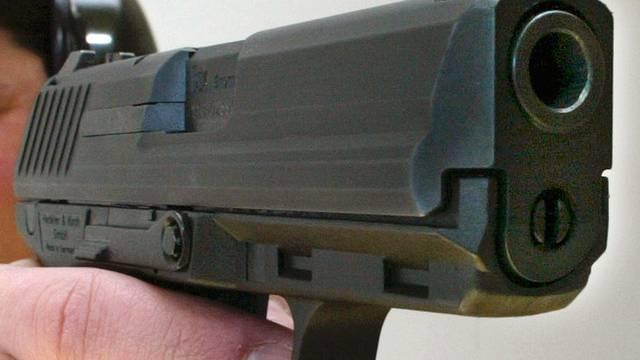 Der Täter war bewaffnet und erbeutete beim Überfall 35 000 Euro. (Symbolbild)
