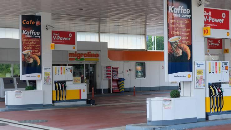 Bei dieser Shell-Tankstelle in Birmensdorferbeutete das Räuberduo 2751 Franken aus dem Migrolino-Shop. Kurz danach wurden die beiden verhaftet.
