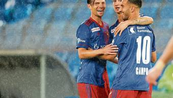 Valentin Stocker, Andrea Padula und Torschütze Samuele Campo (von links) bejubeln Basels 2:0.