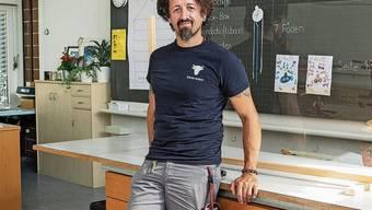 Antonio Giannini richtet die Schulzimmer für den Schulstart am Montag ein.