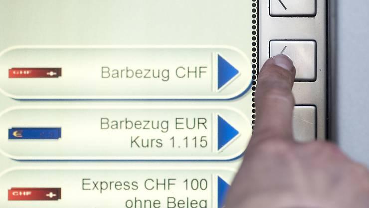 Der Fremdwährungsbezug am Bankomaten kann sich vor allem im Ausland lohnen - aber nur mit Debitkarte. (Symbolbild)