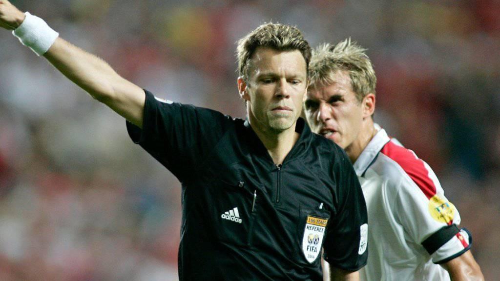 Im EM-Viertelfinal 2004 gegen Portugal der Buhmann der Engländer: Schiedsrichter Urs Meier (im Hintergrund Phil Neville)