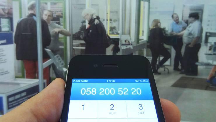 «Kein Netz» an der Hela: Swisscom-Kapazitäten in Laufenburg ausgeschöpft, weil zu viele Leute auf kleinem Raum ihr Smartphone benützen wollten. (Montage: chr)