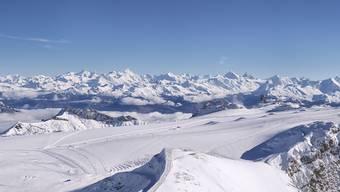 Im Gebiet des Glacier 3000 oberhalb von Les Diablerets VD sind am Donnerstag zwei Leichen gefunden worden. Nach ersten Erkenntnissen befanden sie sich während Jahrzehnten im Eis. (Archivbild)