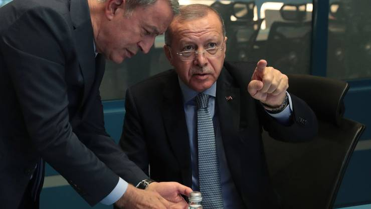 Der türlische Präsident Recep Tayyip Erdogan verfolgt den Beginn der Militär-Operation zusammen mit seinem Verteidigungsminister.
