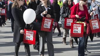 Frauen demonstrieren in Bern für Lohngleichheit. (Archivbild)