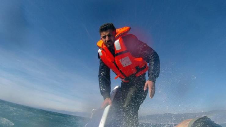 Ein Bild der türkischen Küstenwache zeigt den syrischen Flüchtling kurz vor der Rettung durch einen Helikopter.