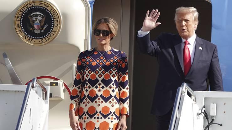 Der scheidende Präsident Donald Trump neben Ehefrau Melania  winkt zum Abschied. (Archivbild)