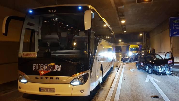 Im Umfahrungstunnel stiess ein Autofahrer mit einem Reisecar und anschliessend mit einem entgegenkommenden Fahrzeug zusammen.