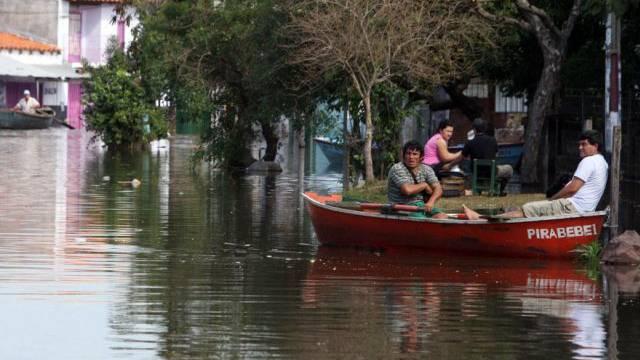 Fortbewegung per Boot in den Strassen von Asunción