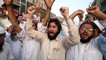 Anhänger aus verschiedenen pakistanischen Parteien protestieren in Peschawar gegen das offizielle Wahlergebnis.