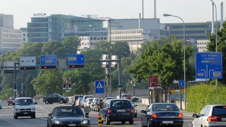 Stau vor Siggenthaler Brücke: Auch Alstom (h.) wird beraten. (Bild: Walter Schwager)