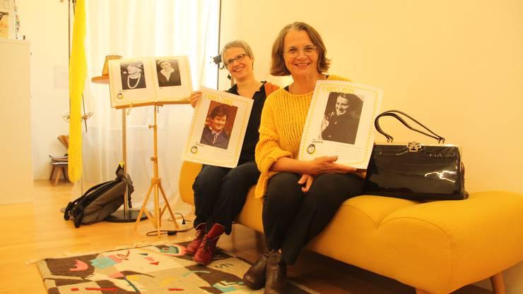 Pia Steiner (links) und Josefine Krumm zeigen Bilder von Tanten, die die Vorbilder und Vorreiterinnen ihres gemeinnützigen Vereins waren.