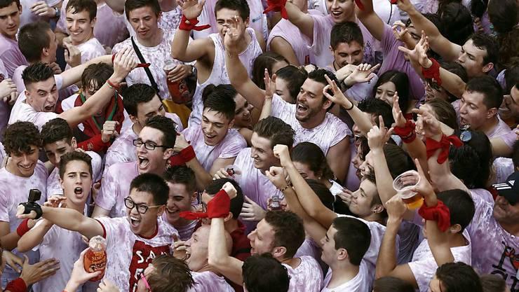 Die mehrtägige Stierhatz in Pamplona zieht jährlich Tausende Menschen an. Eröffnet wird das Festival mit viel Rotwein und Konfetti.