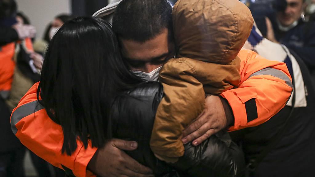 Ein türkischer Seemann umarmt seine Kinder bei der Ankunft am Istanbuler Flughafen. Drei Wochen nach dem Überfall auf ein Containerschiff im Golf von Guinea sind 15 von Piraten entführte türkische Besatzungsmitglieder wieder in der Türkei. Foto: Emrah Gurel/AP/dpa