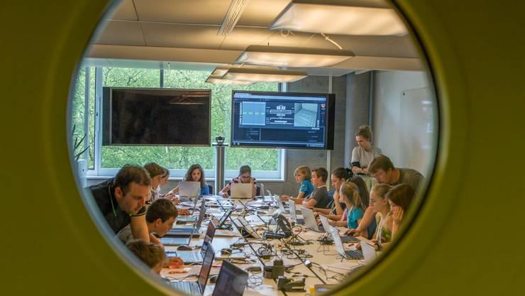 An einem Programmier-Event, den die FHNW zusammen mit Google durchgeführt hat, entwickeln Kindern begeistert einfache Computerspiele. Google Switzerland